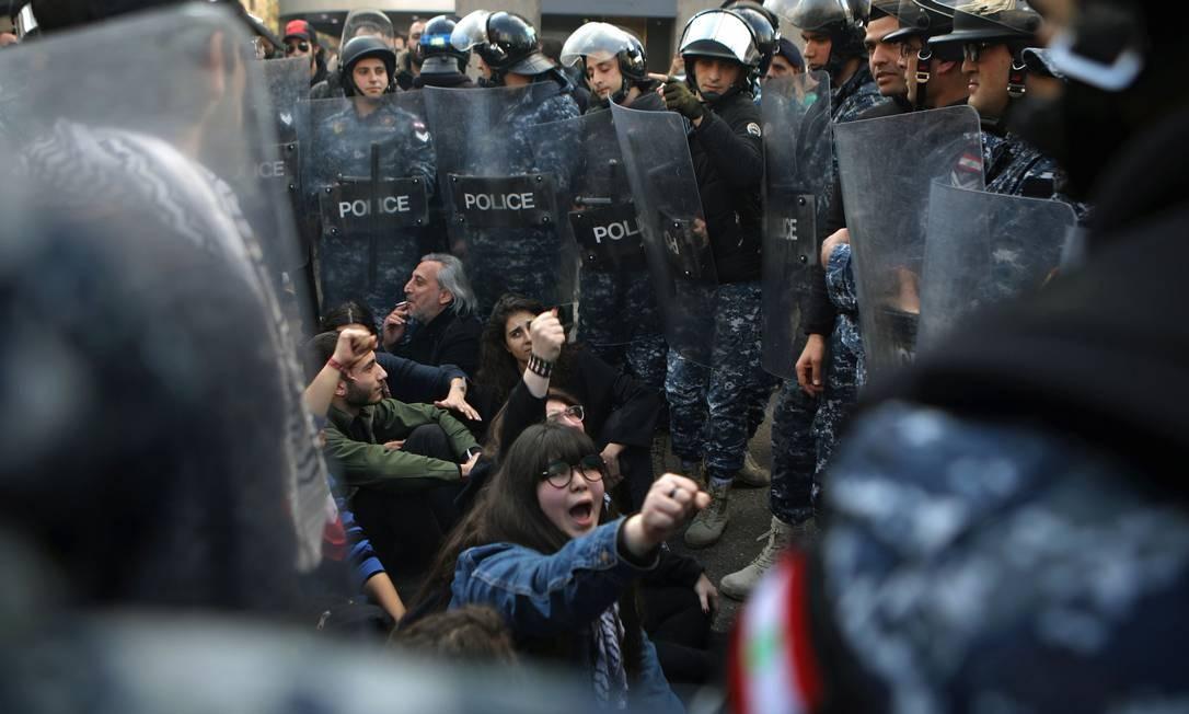 Tropa de choque cerca manifestantes libaneses que voltaram às ruas para protestar contra crise política e econômica no país, sem um governo estável desde a renúncia do primeiro-ministro Saad Hariri em outubro Foto: Patrick Baz / AFP