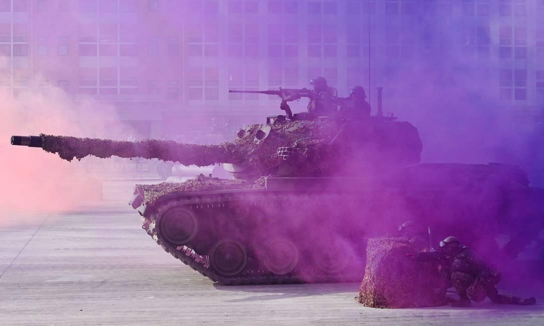 Soldados taiwaneses operam tanque de guerra CM-11 durante exercício em base militar em Kaohsiung, sul de Taiwan, nesta quarta-feira Foto: Sam Yeh / AFP