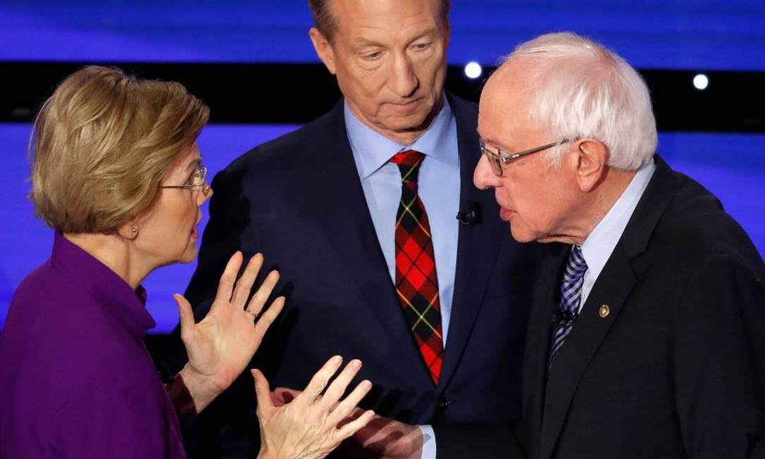 Elizabeth Warren conversa com o senador Bernie Sanders após o debate, marcado por suas divergências. Ao fundo, o ativista bilionário Tom Steyer Foto: SHANNON STAPLETON / REUTERS / 14-09-2020