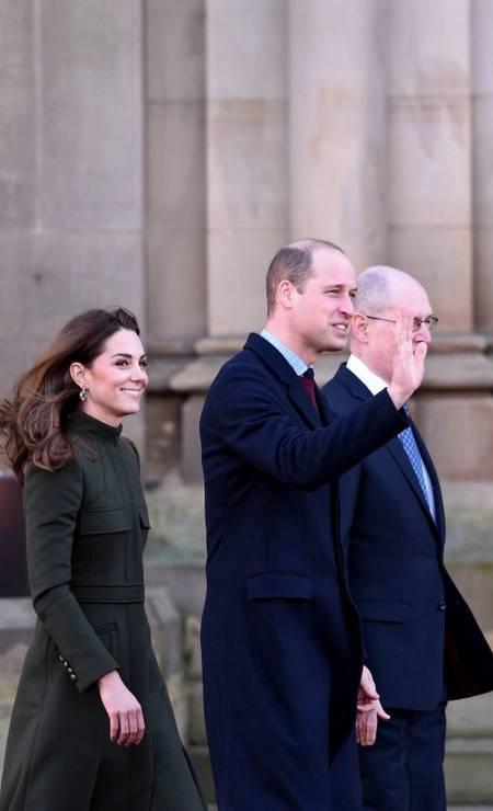 O casal esteve na cidade de Bradford para conversar com jovens e autoridades locais dois dias depois da grande reunião entre William, Charles, Harry e a rainha para definir o futuro dos Sussex Foto: OLI SCARFF / AFP