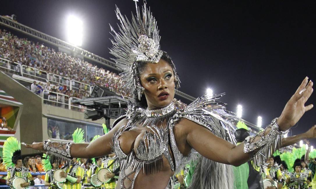 Camila na primeira vez que desfilou pela verde e branco de Padre Miguel, em 2013 Foto: Guito Moreto / Agência O Globo