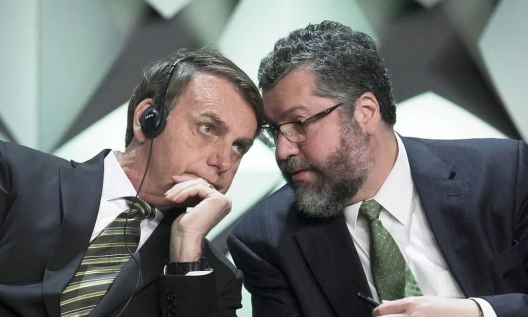 Chanceler Ernesto Araújo, ao lado do presidente Jair Bolsonaro Foto: Edilson Dantas / Agência O Globo / 10-10-2019