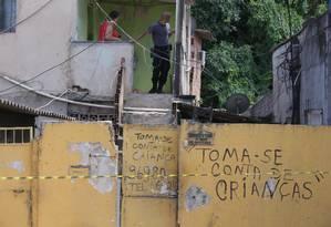 A movimentação dos policiais na casa onde morava a menina Anna Carolina Foto: Cléber Júnior / Agência O Globo