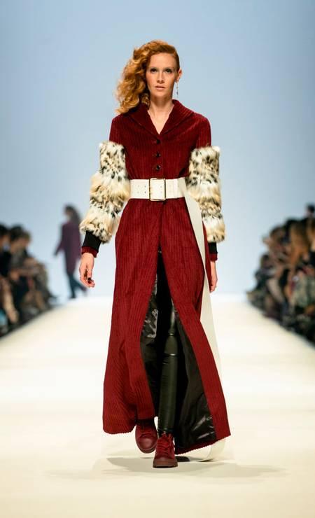 Desfile da estilista austriaca Rebekka Ruetz na Semana de Moda de Berlin que apostou em cinturas e ombros marcados Foto: NurPhoto / NurPhoto via Getty Images