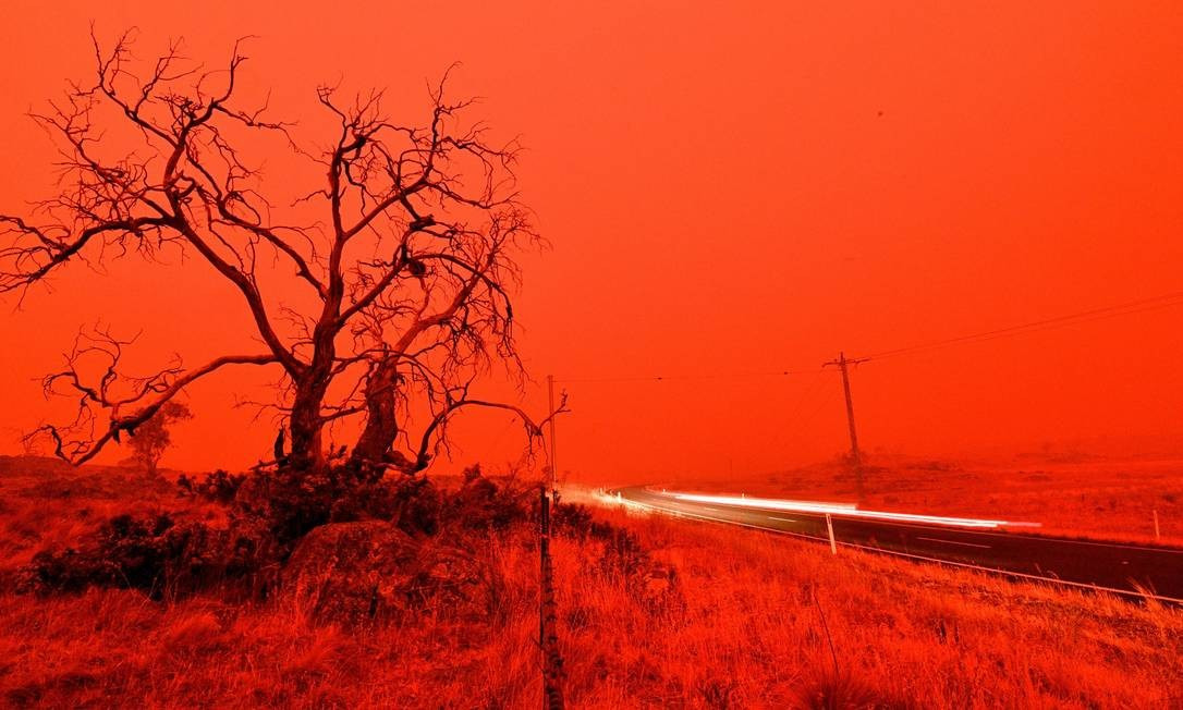 Céu da região de Cooma, na Austrália, ganha tons vermelhos por conta dos incêndios florestais em janeiro deste ano Foto: SAEED KHAN / AFP