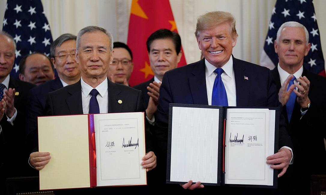 Trump e o vice-premier chinês Liu He com o acordo assinado na Casa Branca. Foto: KEVIN LAMARQUE / REUTERS