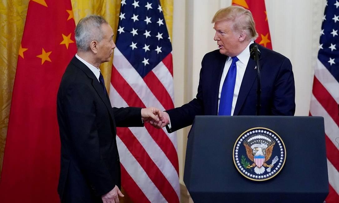 Liu He e Trump se cumprimentam em Washington. Foto: KEVIN LAMARQUE / REUTERS