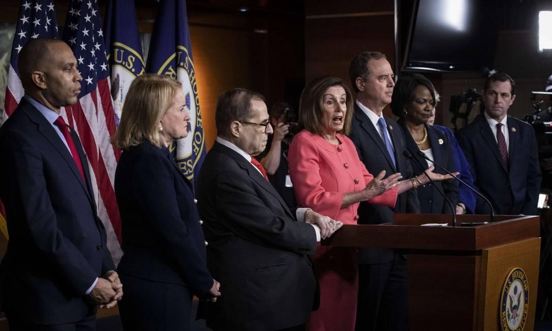 Os sete deputados que comandarão a acusação de impeachment contra Trump, ao lado da presidente da Câmara, Nancy Pelosi Foto: Drew Angerer / AFP