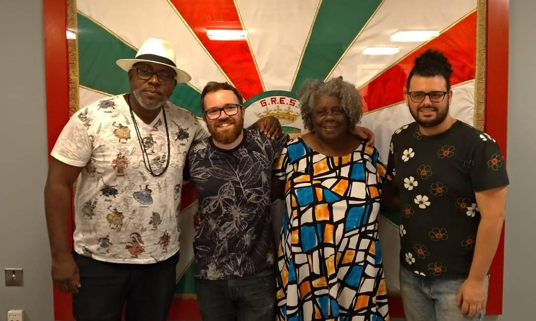 Padre Gege (de branco) posa com Conceição Evaristo e os carnavalescos Leonardo Bora e Gabriel Haddad Foto: Divulgação