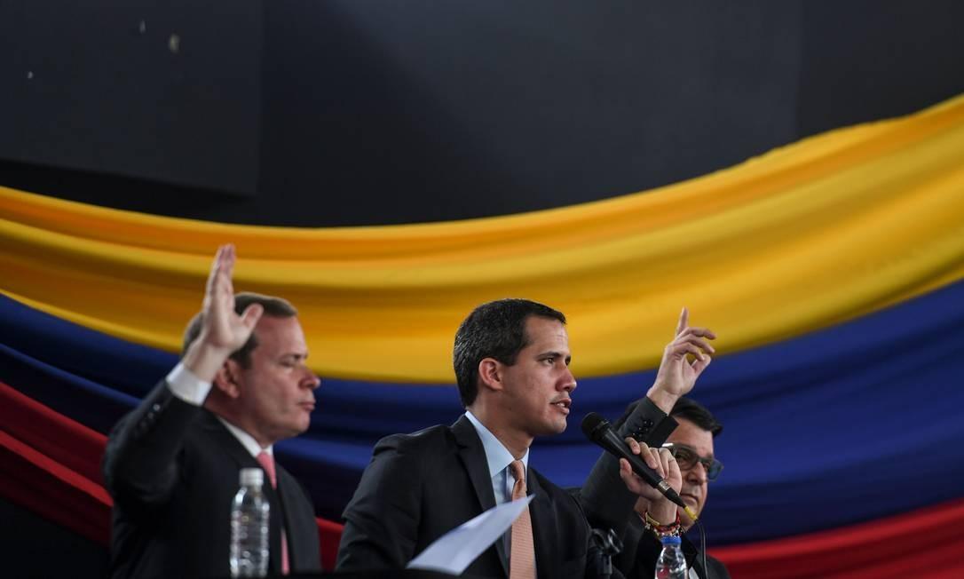 Líder da oposição venezuelana e auto-proclamado presidente interino, Juan Guaidó, realiza sessão parlamentar no subúrbio de Caracas depois de ter sua entrada no Congresso impedida Foto: YURI CORTEZ / AFP