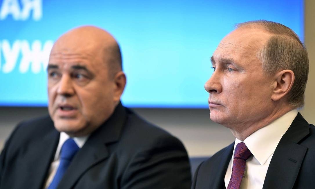 Novo premier da Rússia, Mikhail Mishustin (E) se reúne com o presidente Vladimir Putin em Moscou, em abril de 2017. Elogios ao trabalho na arrecadação e combate à sonegação, questionamentos sobre capacidade política Foto: SPUTNIK / VIA REUTERS