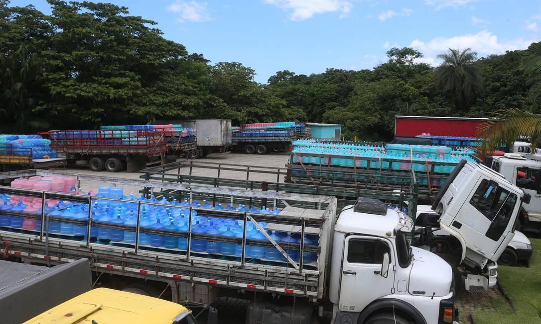 Reportagem contou pelo menos 38 caminhões em fila para receber água mineral de empresa fornecedora nesta quarta-feira Foto: Fabiano Rocha / Agência O GLOBO