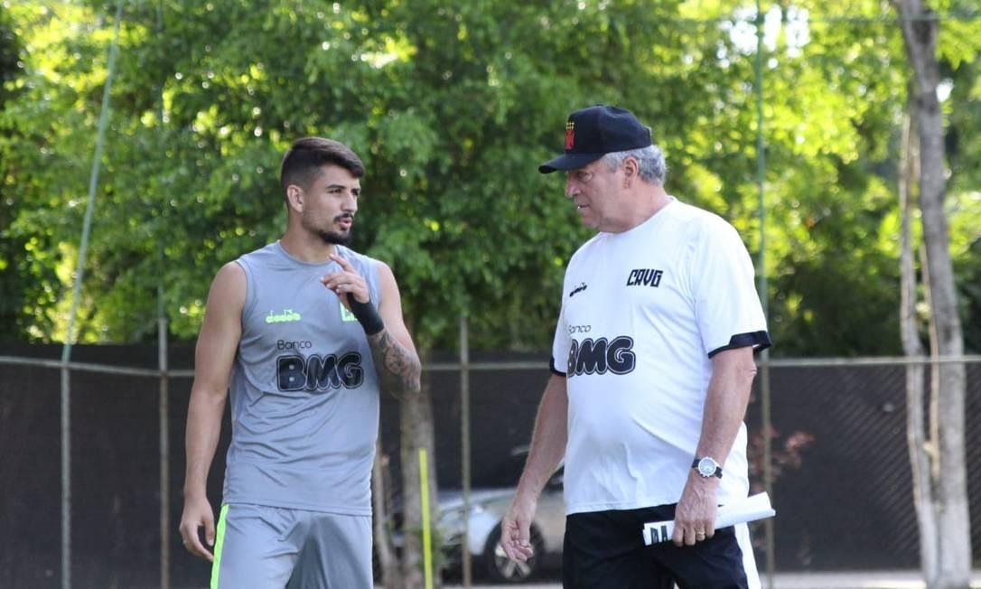 Ricardo e Abel Braga conversam em treino do Vasco Foto: Carlos Gregório Jr/vasco.com.br