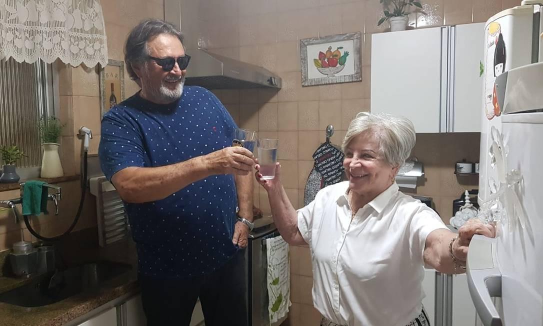 Carlos Augusto Valdetaro e a vizinha Neusa brindam pela água, que vem de nascentes que ficam em regiões menos poluídas que as do Rio Guandu Foto: Luiz Ernesto Magalhães