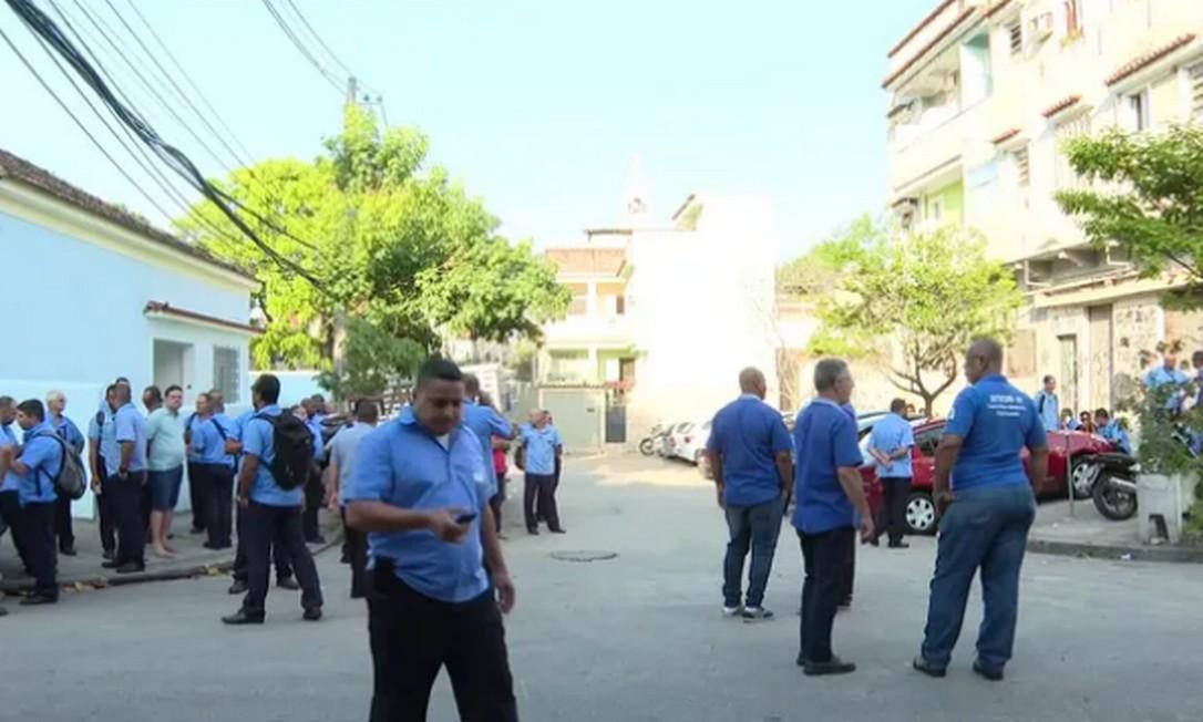 Com salários atrasados, funcionários da Viação Acari fazem paralisação Foto: TV Globo / Reprodução