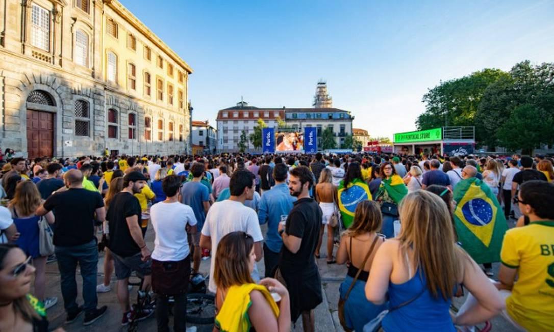 Brasileiros assistem a jogo da Copa do Mundo de 2018 em praça na cidade do Porto Foto: Denis Zimel / Agência O Globo / 17/06/2018