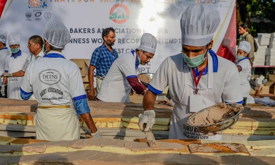 Padeiros e chefs preparam um bolo de aproximadamente 6,5 km de comprimento como para quebrar o recorde mundial do Guinness, em Thrissur, no estado de Kerala, no sul da Índia Foto: Arun Sankar / AFP