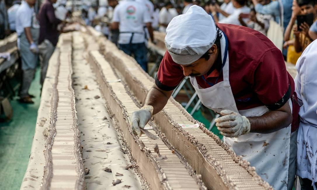 O pão de ló de baunilha confeitado mede 10 x 10 cm e pesa aproximadamente 27 toneladas Foto: Arun Sankar / AFP