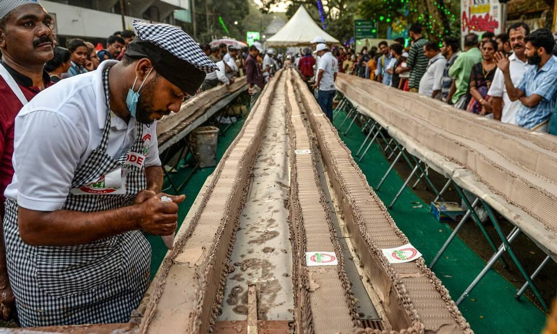 A tentativa de quebrar o recorde de maior bolo do mundo atraiu multidão de curiosos Foto: Arun Sankar / AFP