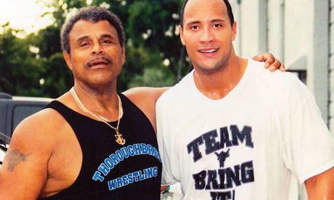 Dwayne Johnson com seu pai, Rocky Johson Foto: Reprodução