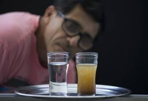 Na foto, José Airton Amorim Terceiro, morador de São Cristóvão e duas amostras de água, coletadas no intervalo de uma semana Foto: Márcia Foletto / Agência O Globo