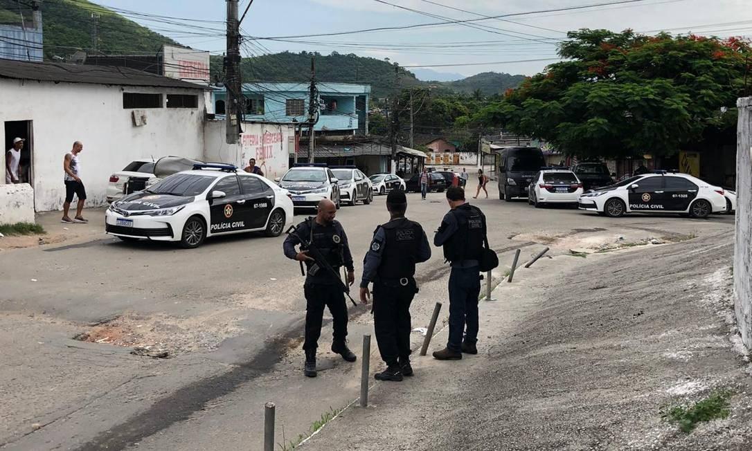 Os agentes da Polícia Civil no Salgueiro, em São Gonçalo Foto: Márcia Foletto / Agência O Globo