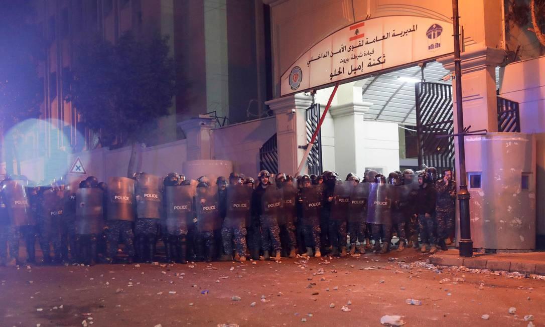 Polícia de choque se reúne do lado de fora do quartel durante os confrontos com manifestantes, após uma reunião para exigir a libertação de detidos que foram presos durante a noite de quarta, na capital Beirute, no Líbano Foto: Anwar Amro / AFP