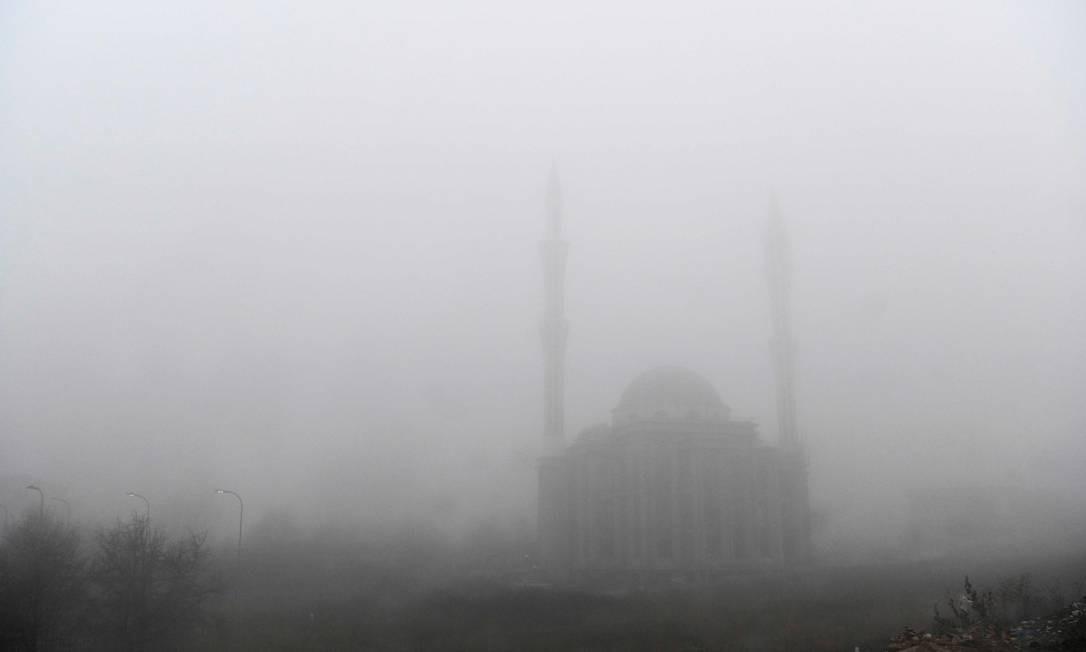 Mesquita vista através de forte nevoeiro e poluição do ar nos arredores de Pristina, capital do Kosovo Foto: Armend Nimani / AFP