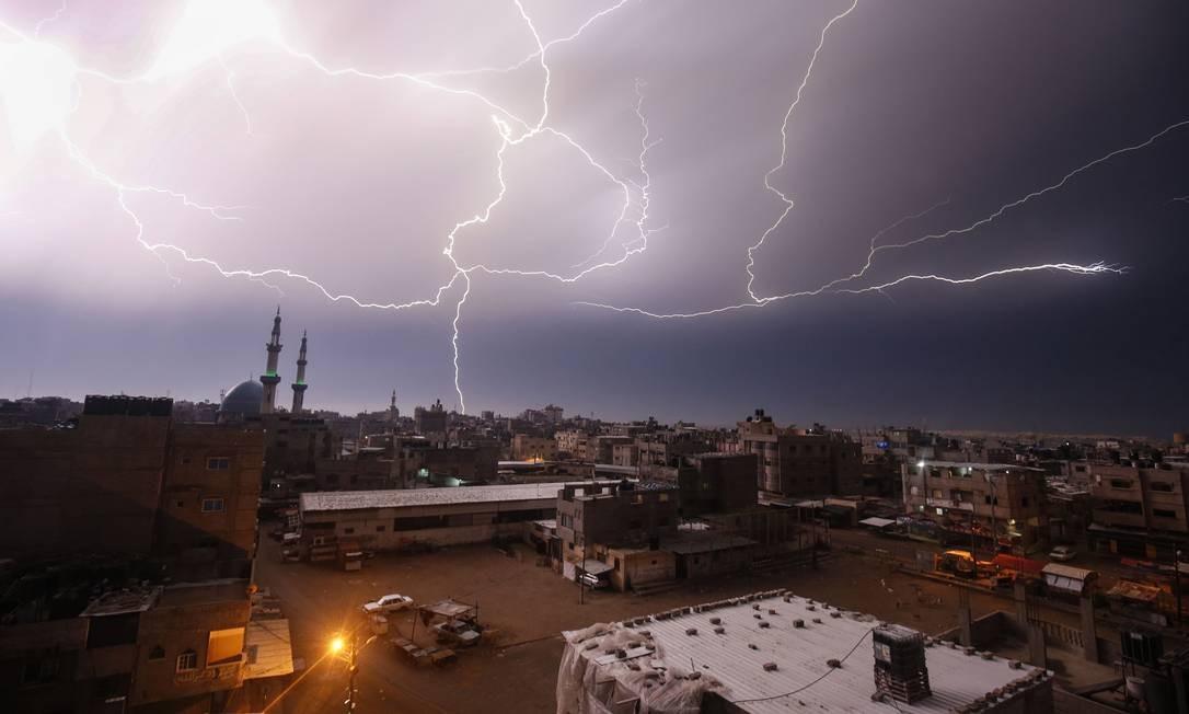 Momento exato que o céu de sobre Rafah, no sul da Faixa de Gaza, fica tomado por raios durante tempestade nesta quinta-feira Foto: Said Khatib / AFP