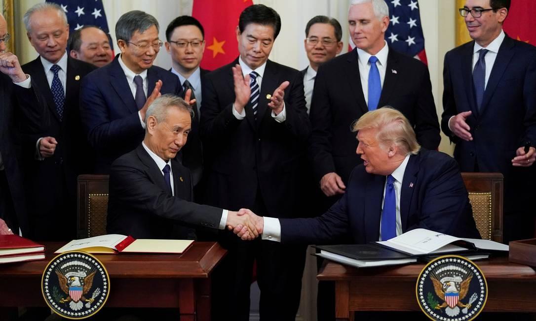 """O vice-primeiro-ministro chinês Liu He e o presidente dos EUA, Donald Trump, apertam as mãos depois de assinarem a """"primeira fase"""" do acordo comercial EUA-China durante uma cerimônia na sala leste da Casa Branca em Washington, EUA Foto: Kevin Lamarque / Reuters"""