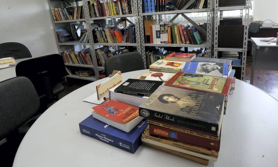 Biblioteca da escola foi interditada em 2016 pela Defesa Civil, devido à ameaça de uma pedra rolar da encosta Foto: Guilherme Pinto / Agência O Globo