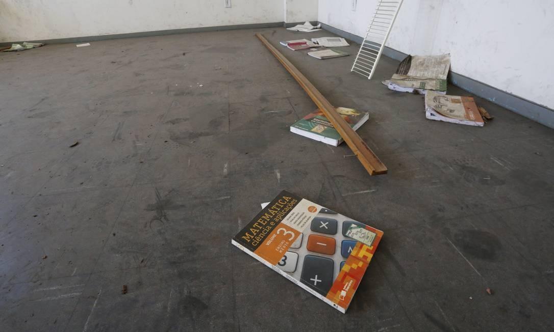 Os livros descartados foram doados pelo Rotary Club Foto: Guilherme Pinto / Agência O Globo