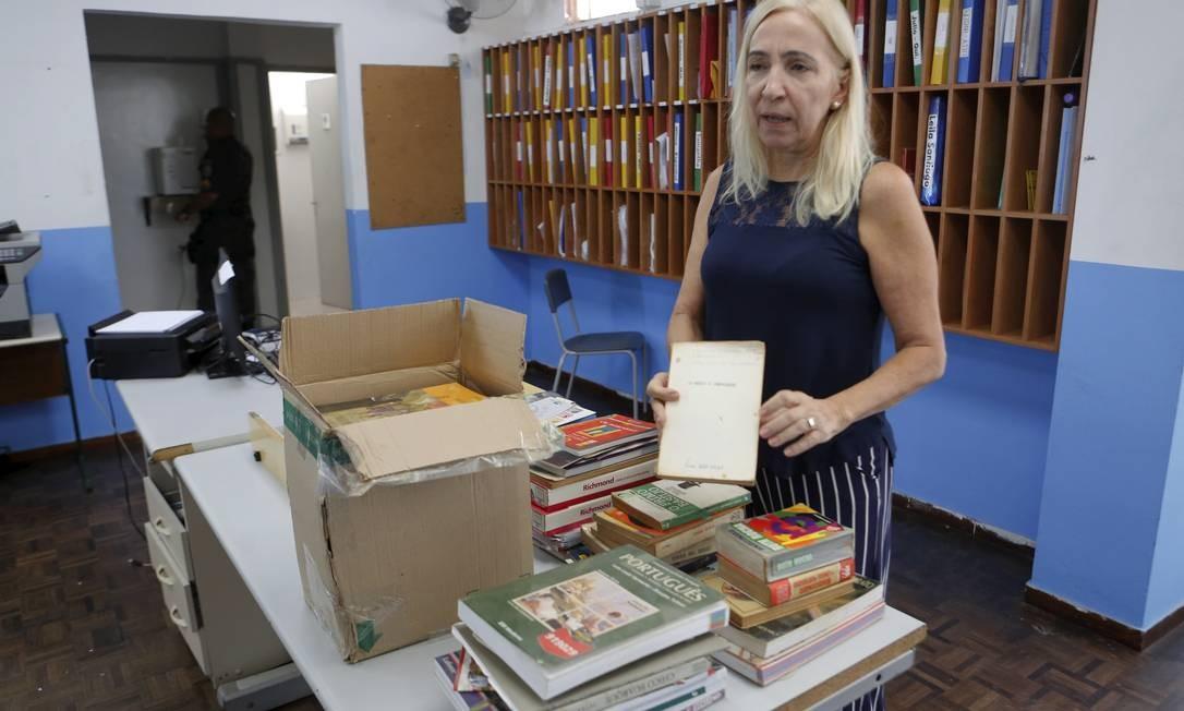 Segundo a diretora-geral do Monteiro de Carvalho, Rosângela Cistaro, os livros doados estavam com mofo e ácaros e, por isso, teriam sido descartados Foto: Guilherme Pinto / Agência O Globo