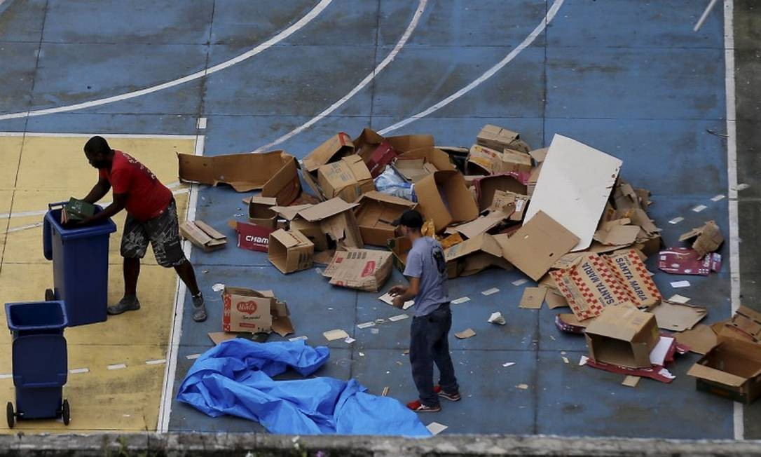 Flagra de livros na quadra da escola, depois de jogados pela janela Foto: MARCELO THEOBALD / Agência O Globo