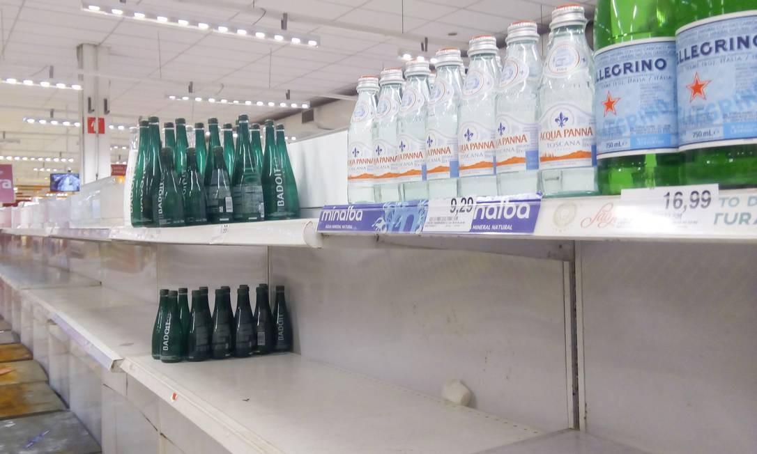 O crescimento abrupto na busca por água mineral tornou a cena comum: prateleiras vazias, restando apenas exemplares importados ou gaseificados, muito acima da média Foto: Marcelo Fonseca / Agência O Globo