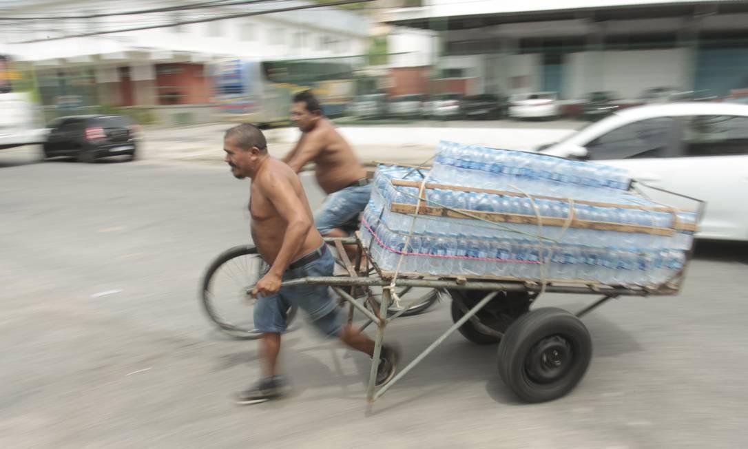 Com a falta de garrafas de 1,5 litro, comerciantes de Bonsucesso, que está no mapa da contaminação, reforçam estoque como podem Foto: Gabriel de Paiva / Agência O Globo / 14-01-2020