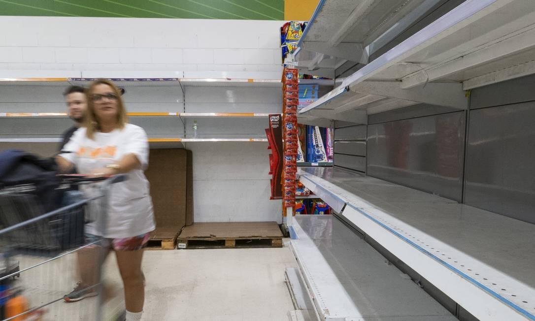 Em mercados por toda a cidade, o disparo na venda de agua deixa prateleiras constantemente vazias Foto: Gabriel Monteiro / Agência O Globo