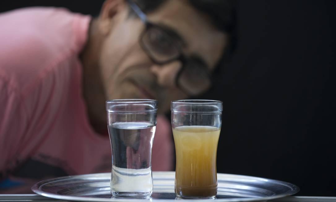 José Airton Amorim Terceiro, morador de São Cristóvão, compara amostras de águada semana passada com a captada nesta quarta Foto: Márcia Foletto / Agência O Globo