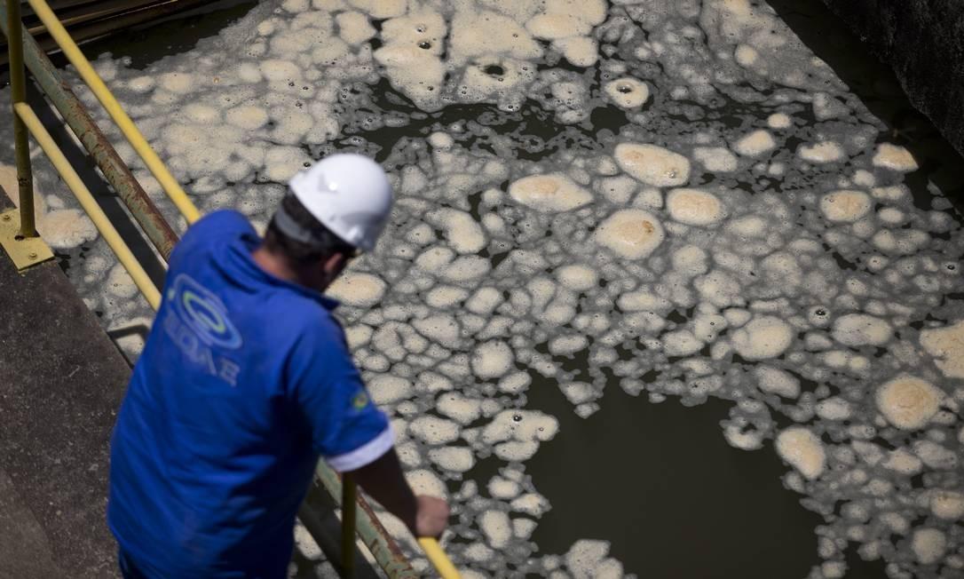 Apesar do cheiro, coloração e gosto, Cedae insiste que água não oferece risco à saúde Foto: Márcia Foletto / Agência O Globo