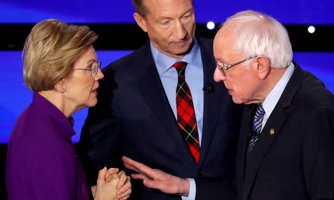 Os senadores Elizabeth Warren e Bernie Sanders discutem ao final do debate democrata Foto: Shannon Stapleton / REUTERS/14-01-2019