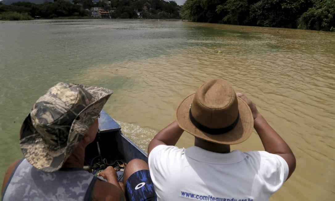 Lama vista na represa do Guandu chegou até a torneira de parte da população Foto: Custódio Coimbra / Agência O Globo