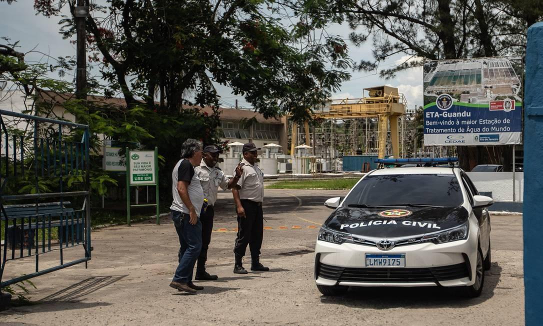 Polícia Civil esteve na Estação Guandu, em Nova Iguaçu, para investigar a contaminação da água Foto: Brenno Carvalho / Agência O Globo