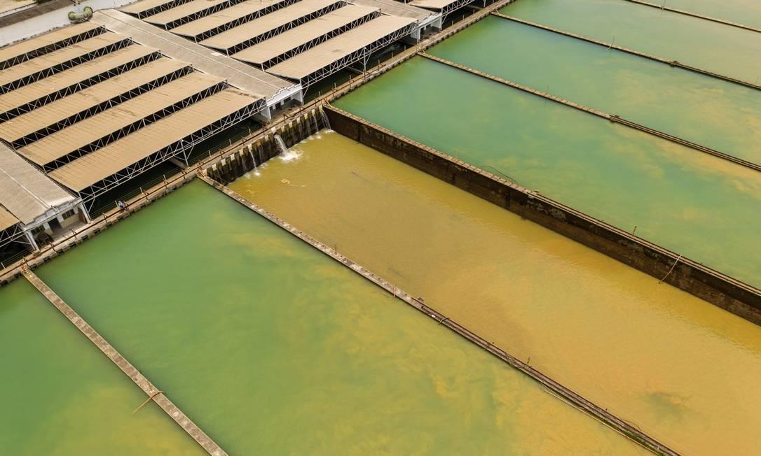 Imagem aérea da Estação de Tratamento de Água (ETA) Guandu mostra tanques com água esverdeada, misturada com lama Foto: Brenno Carvalho / Agência O Globo