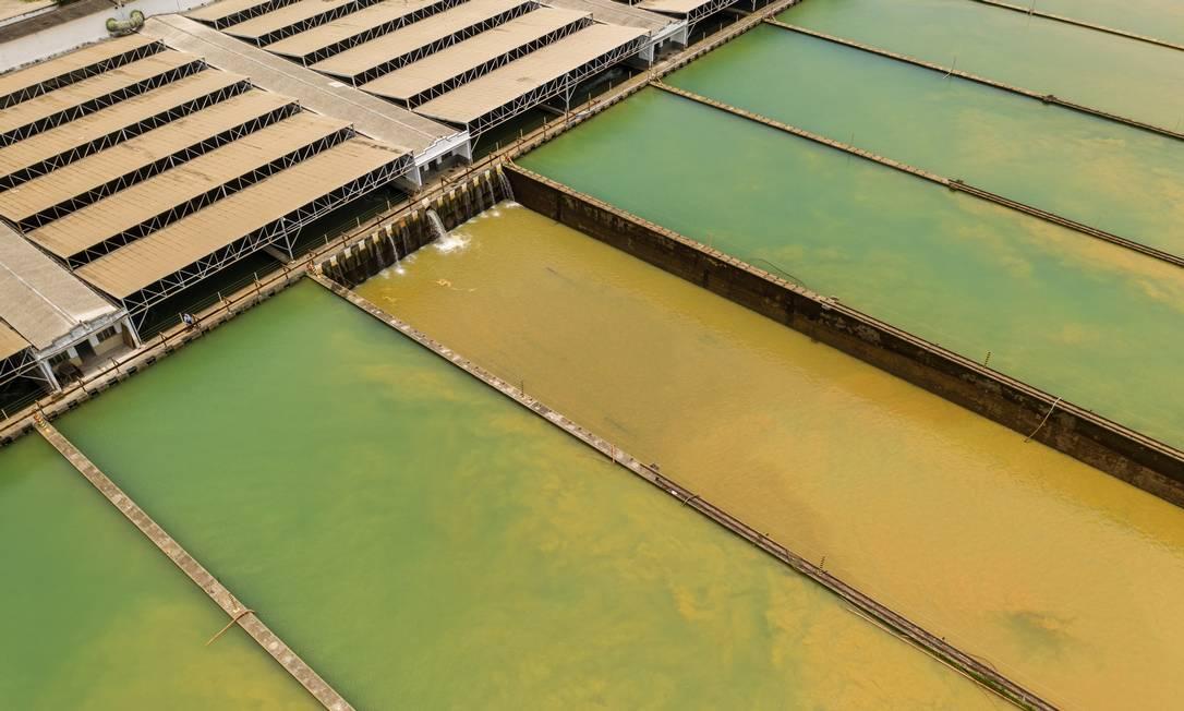 Imagem aérea da Estação de Tratamento de Água (ETA) Guandu mostra tanques com água esverdeada, misturada com lama, em janeiro de 2020 Foto: Brenno Carvalho / Agência O Globo - 16/01/2020