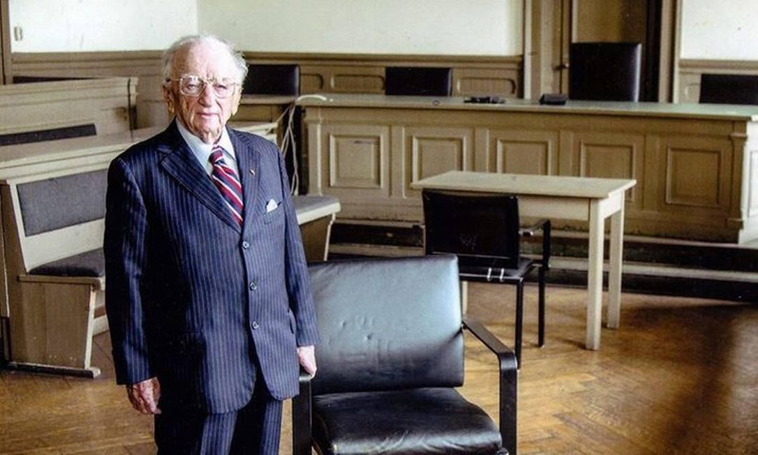 Benjamin Ferencz, na sala onde ocorreu o julgamento de Nuremberg do qual foi procurador-chefe Foto: Facebook