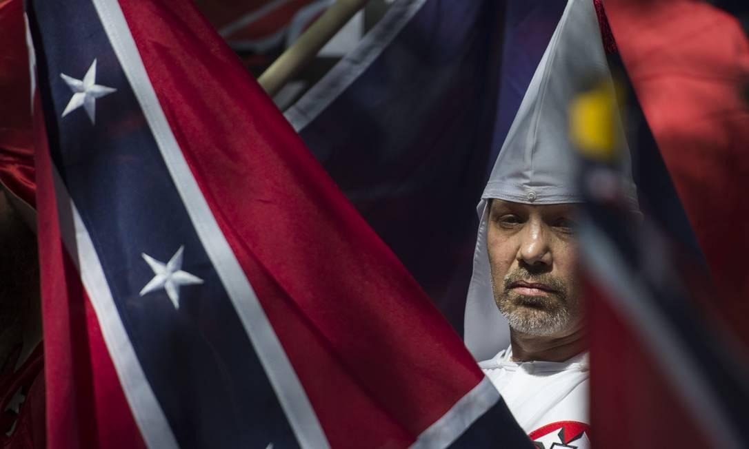 Integrante de grupo supremacista durante protesto da extrema direita na cidade de Charlottesville, na Virginia, em 2017. Violência de extremistas colocou as autoridades em alerta para ato a favor das armas nesta segunda-feira Foto: ANDREW CABALLERO-REYNOLDS / AFP