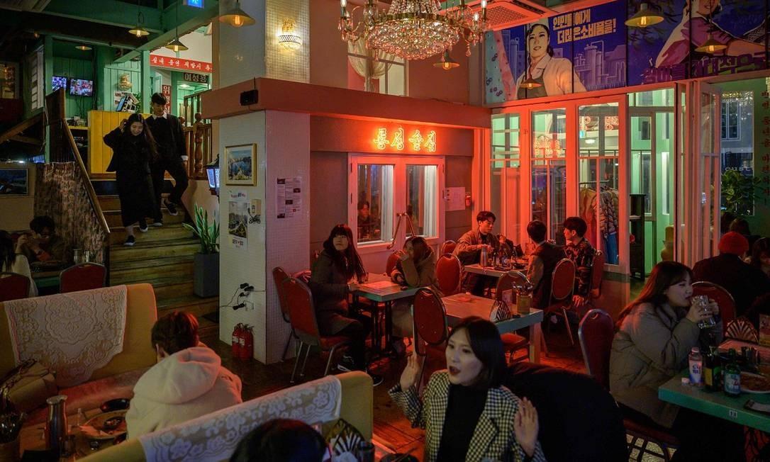 A maior parte dos clientes do Pyongyang Bar é composta por sul-coreanos, mas o bar também atrai alguns dissidentes da Coreia do Norte Foto: Ed Jones / AFP