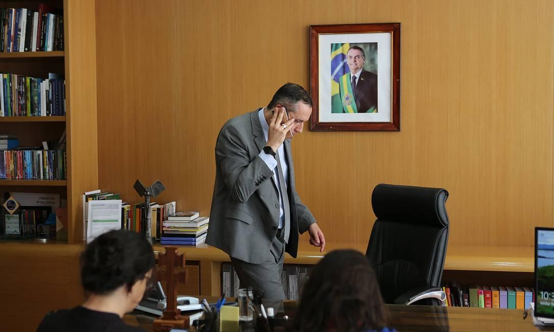 Secretário da Cultura, Roberto Alvim abandona entrevista para O Globo, e após receber ligação, se dirige às pressas para o Palácio do Planalto Foto: Jorge William / Agência O Globo