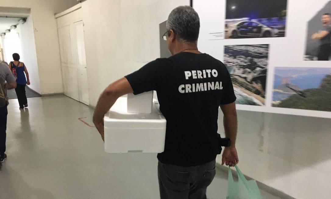 Policiais na Cidade da Polícia com materiais coletados para investigar a Cedae Foto: Rafael Nascimento de Souza / Agência O Globo / 17-01-2020