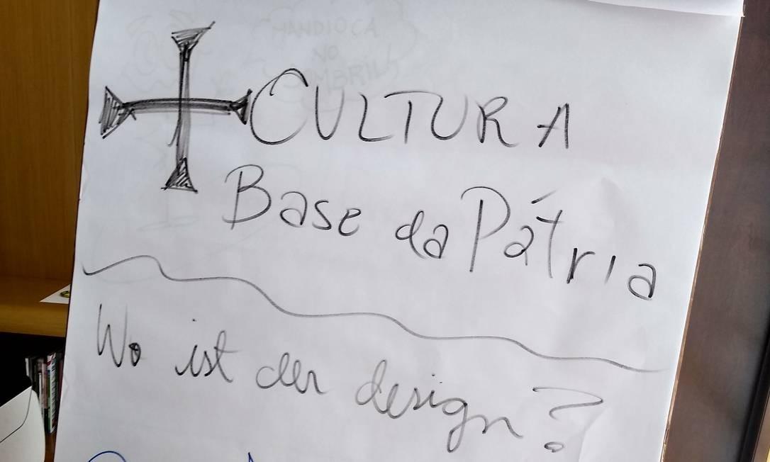 A lousa de papel que fica na sala do secretário Foto: Agência O Globo